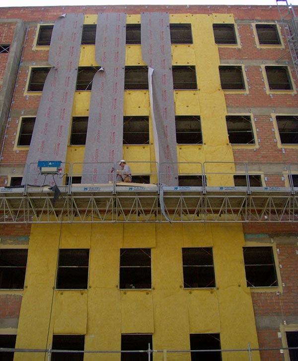 Aislamientos Zaragoza - fachada en proceso de aislamiento